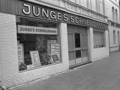 Die Annahmestelle der Färberei und Reinigung Otto Junge in der Königstraße 7, daneben das Geschäftsgebäude Königstraße 9 mit der Tordurchfahrt in den Fabrikhof. Foto: E. G. Scholz, 1966